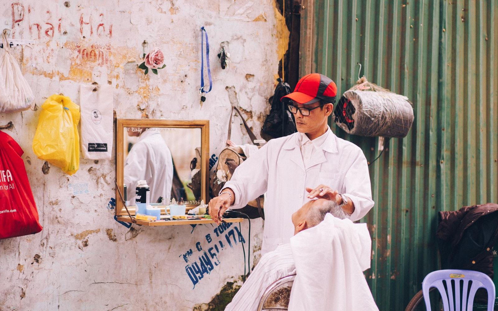 Tiệm hớt tóc ven đường Sài Gòn